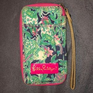 Adorable Lilly Pulitzer wristlet wallet.